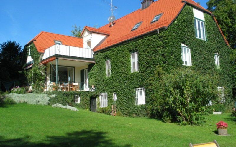 Blick auf das Haus im Sommer
