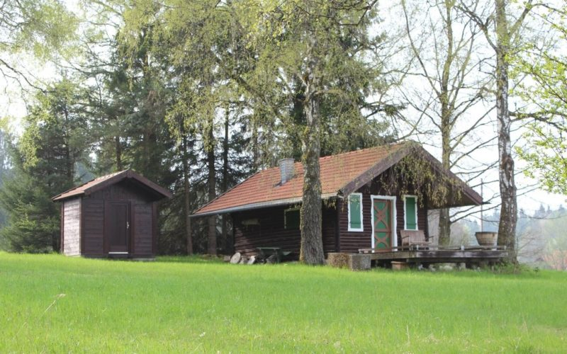 Hütte mit Schuppen